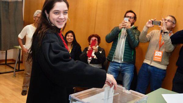 Laura Sancho votando este jueves en las elecciones catalanas