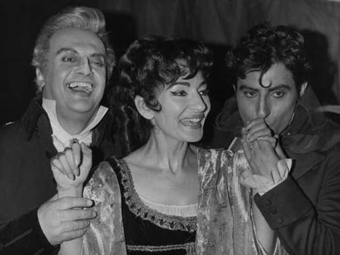 La diva de la ópera María Callas con dos compañeros