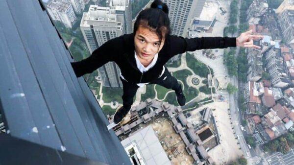 Wu Yongning en una de sus acrobacias extremas