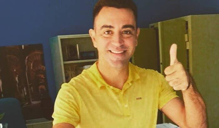 El jugador Xavi Hernández votando desde Doha