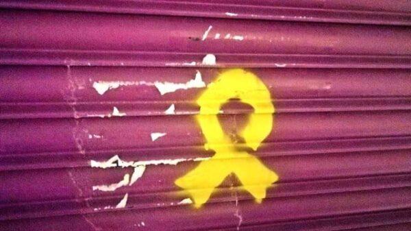 Lazo amarillo pintado en la tienda de la madre de Albert Rivera