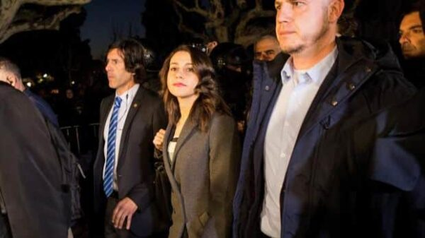 Inés Arrimadas saliendo escoltada del Parlament