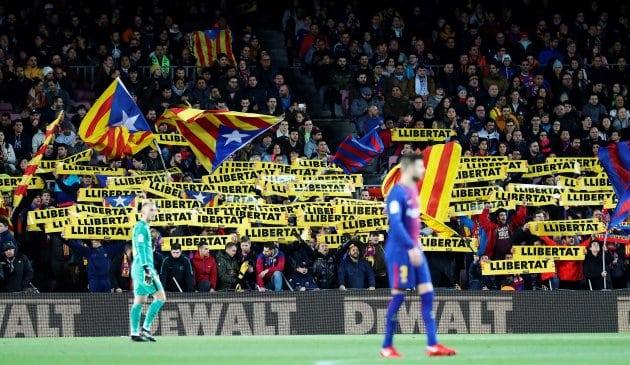 Simpatizantes de entidades independentistas muestran banderolas por la libertad de los presos