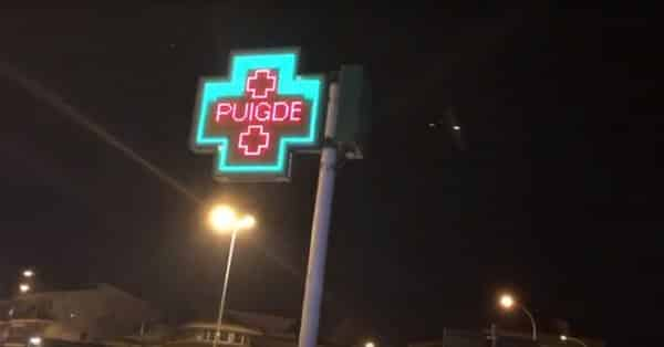 El cartel luminoso de apoyo a Puigdemont en una farmacia de Santa Coloma de Farners