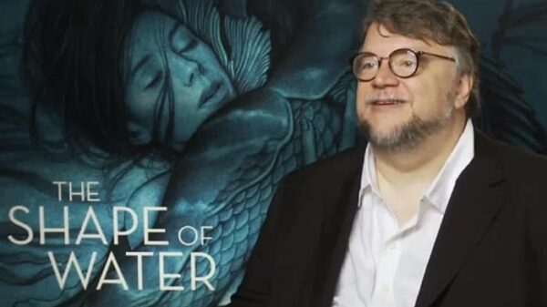 El director Guillermo del Toro con el cartel de 'La forma del agua'