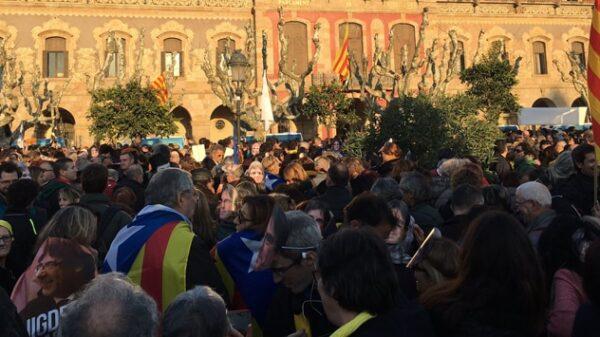 Manifestantes a las puertas del Parlamento catalán