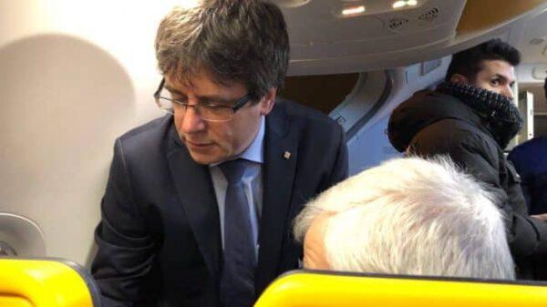 Carles Puigdemont y Jose Maria Matamala en el avión de Ryanair rumbo a Copenhague