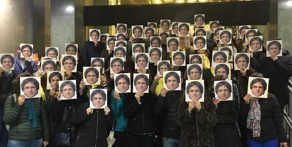 Gente con caretas de Puigdemont
