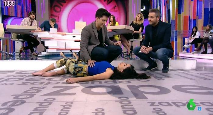 Paula Prendes siendo hipnotizada en 'Zapeando'