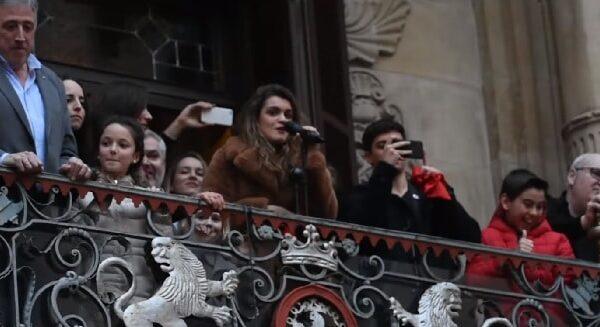 Amaia y Alfred en el balcón del ayuntamiento de Pamplona