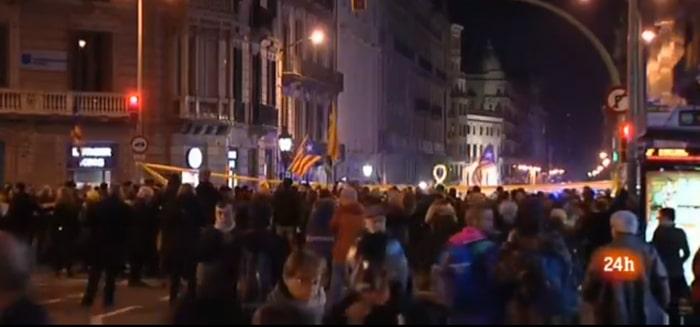 Manifestantes a la puerta del Palau