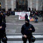 Manifestantes independentistas sentados en la sede del Tribunal Superior de Justicia de Cataluña