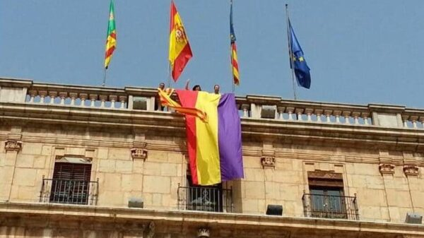 Una bandera republicana en la fachada del Ayuntamiento de Castellón