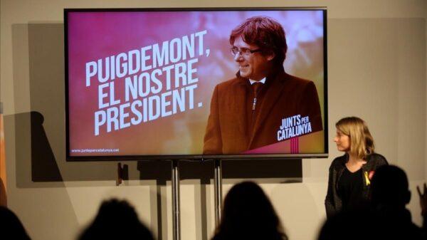Elsa Artadi y Cales Puigdemont, en pantalla, en un acto de la campaña de JxCat
