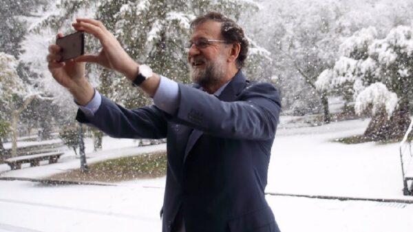 Mariano Rajoy haciendo un 'selfie' durante la nevada en Madrid