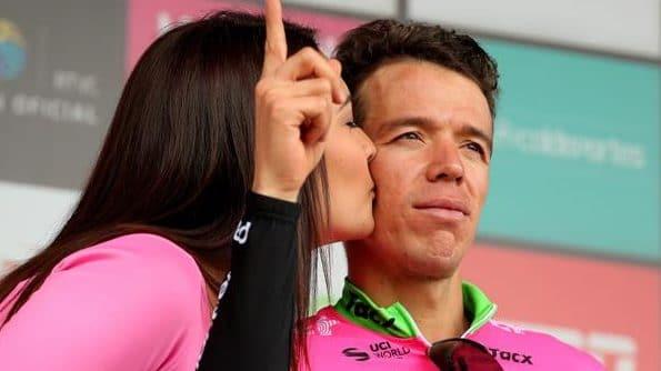 Una azafata besa a Rigoberto Urán en el podio