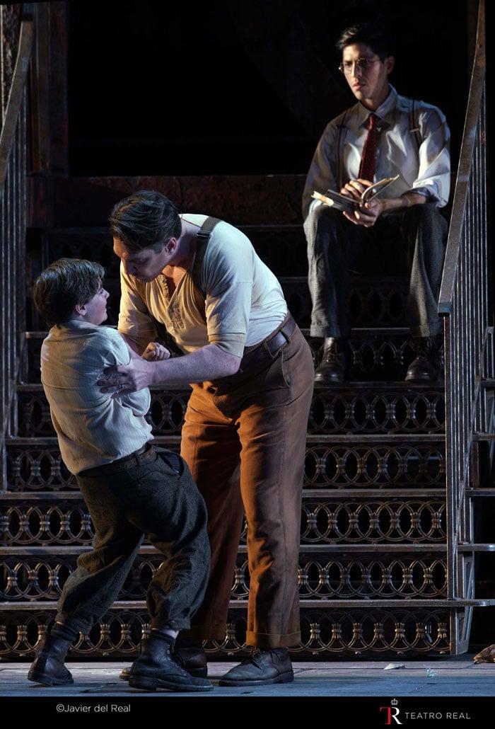 El barítono Paulo Szot (Frank Maurrant), Matteo Artudeño (Willie Maurrant) y el tenor Joel Prieto (Sam Kaplan)