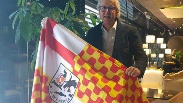 Xavier Gabriel posa con la bandera de Tabarnia
