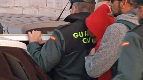 Agentes de la Guardia Civil conducen a Ana Julia Quezada al coche policial
