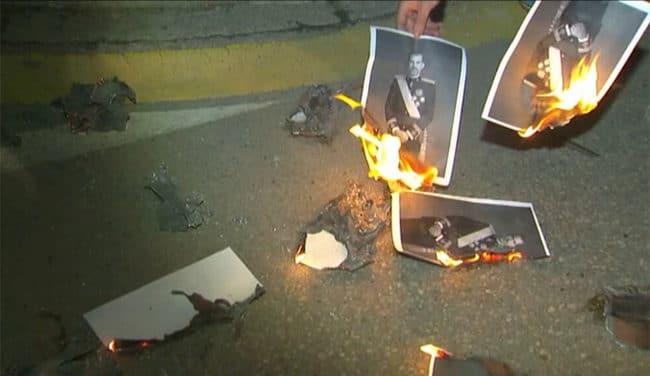 Un centenar de personas quema fotos del Rey en las puertas del Ayuntamiento de Banyoles (Gerona).