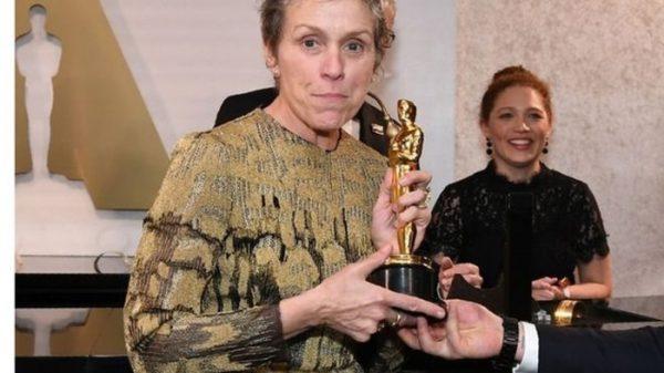 Frances McDormand con su Oscar por 'Tres anuncios en las afueras'