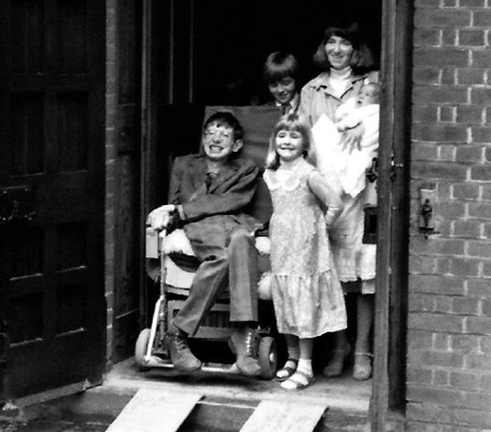 Stephen Hawking y sus tres hijos, Lucy, Robert y Tim, y su primera mujer