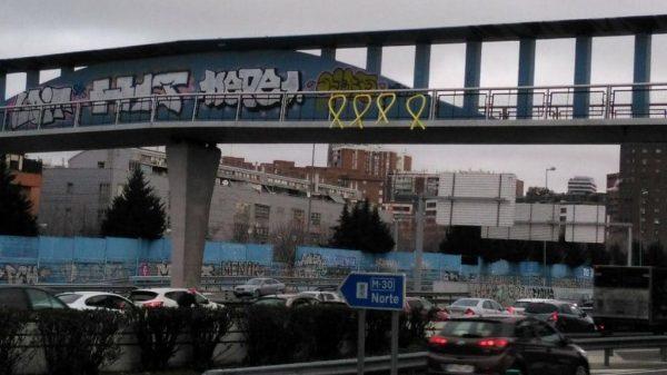 Lazos amarillos en un puente de Madrid