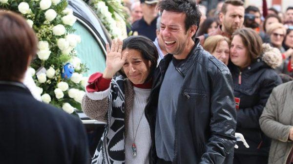 Los padres de Gabriel, rotos de dolor en el funeral de su hijo