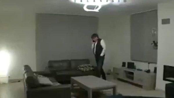 Carles Puigdemont en el salón de la vivienda