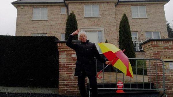 Albert Boadella frente a la casa de Carles Puigdemont en Waterloo (Bélgica)