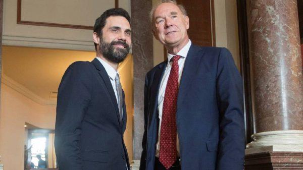 El presidente del Parlament, Roger Torrent junto al presidente del círculo de directivos de habla alemana, Albert Peters
