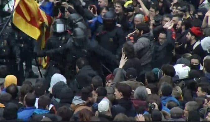 Imágenes de TV3 sobre los altercados en Barcelona
