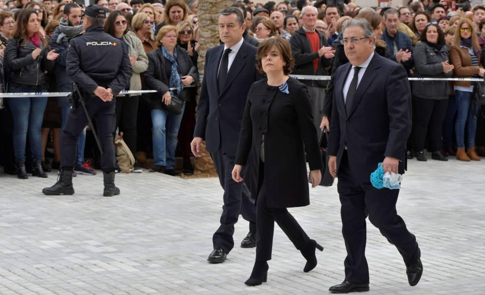 Zoido acude a la Catedral de Almería con la bufanda de Gabriel en la mano