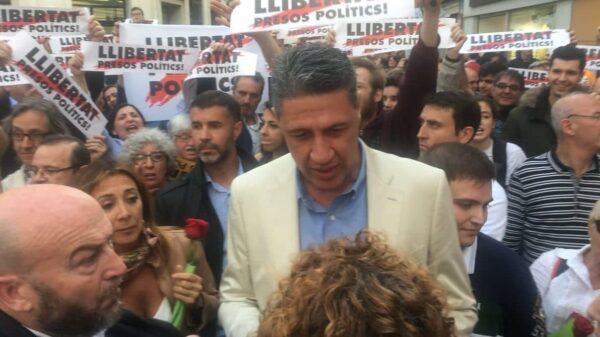 Xavier García Albiol repartiendo rosas en Badalona y acosado por independnetistas