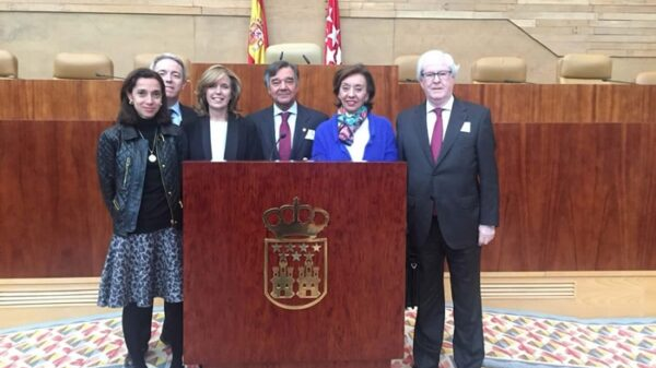 De izquierda a derecha: Raquel Sánchez (Jefe Servicios Jurídicos COFM), Adolfo Ezquerra (Director General de Inspección y Ordenación de la Consejería de Sanidad), Regina Plañiol (Portavoz Sanidad Grupo Parlamentario Popular), Luis González (Presidente COFM), Pilar Liébana (Portavoz Adjunta Comisión Sanidad Grupo Parlamentario Popular) y Carlos Ibáñez (Director General COFM).