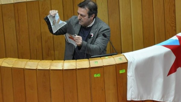 Luis Bará, diputado del BNG, rompiendo la foto del Rey