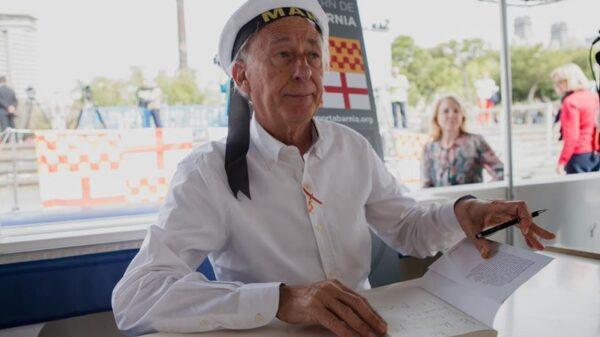 Albert Boadella firmando su libro en un catamarán en el puerto de Barcelona
