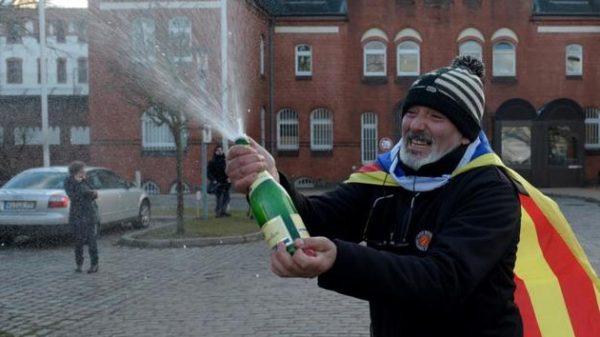 Un independentista celebra la liberación de Puigdemont en la cárcel de Neumünster