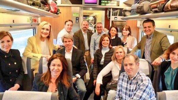 Foto publicada por Cifuentes en Twitter acompañada de su equipo, camino de Sevilla