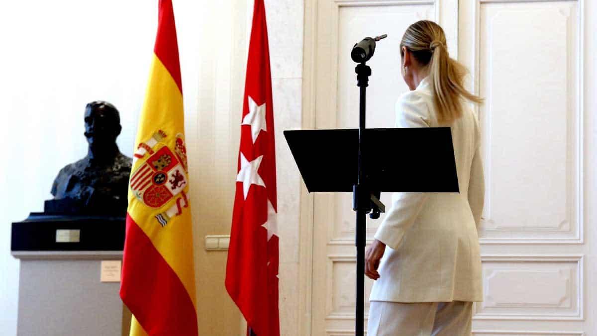 Cristina Cifuentes abandonando la rueda de prensa