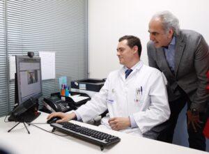 El consejero de Sanidad durante su visita