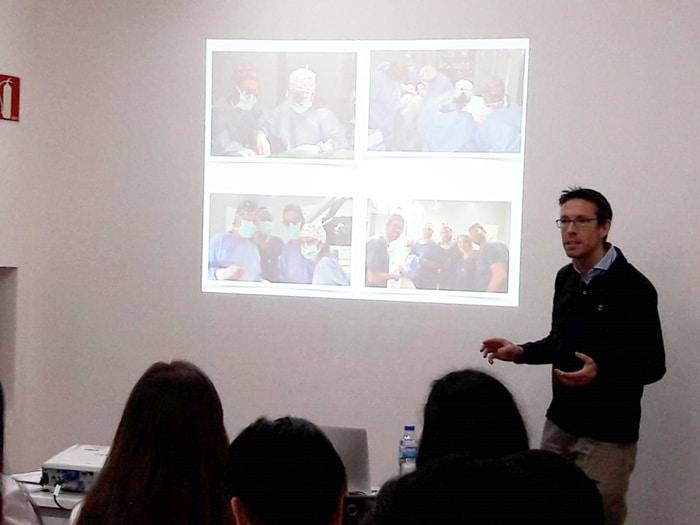 El doctor Juan Rey hablando a los alumnos sobre el Servicio de Cirugía Oral y Maxilofacial