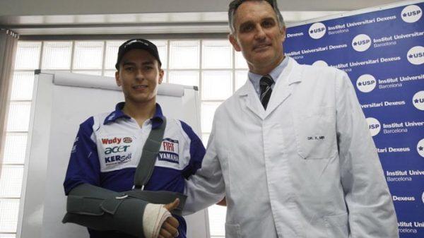 El doctor Xavier Mir con el piloto Jorge Lorenzo