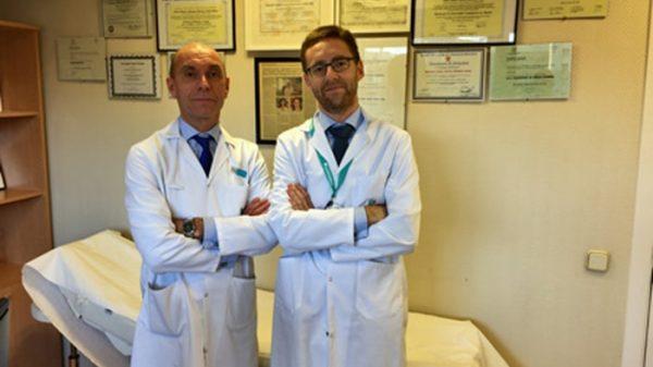 A la izquierda, el Dr. Meneu, a la derecha, el Dr. Gómez