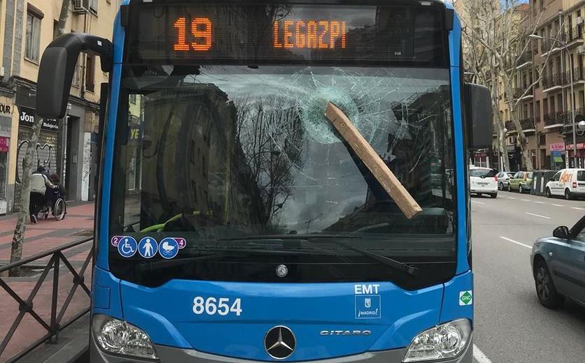 El estado en el que quedó el autobús de la EMT
