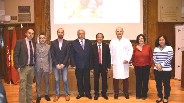 Organizadores y participantes en la Jornada de Adopción Internacional