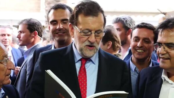 Rajoy leyendo