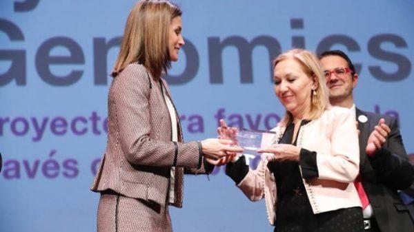 La Reina Letizia entrega el premio Feder a la doctora Carmen Ayuso