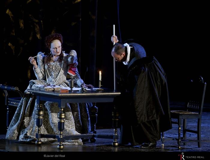 Reina Elisabeth I (Ana Caterina Antonacci) y Sir Robert Cecil (Leigh Melrose)