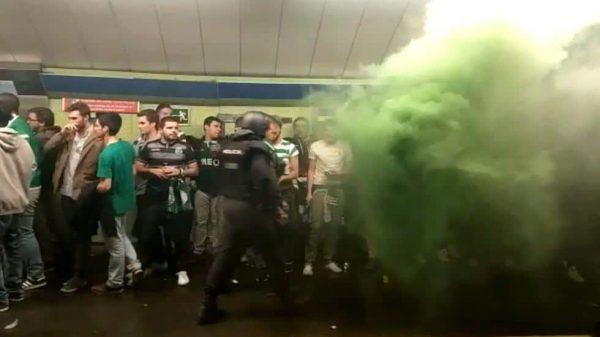 Hinchas del Sporting de Lisboa en el Metro de Madrid